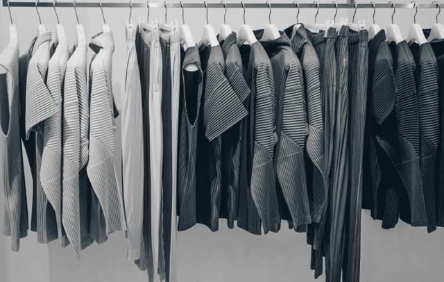 szare ubrania powieszona na wieszakach w sklepie