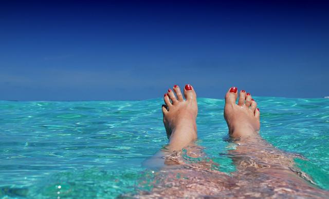stopy zanurzone w błękitnej wodzie oceanu