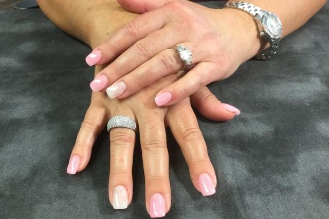 beżowy manicure na dłoniach
