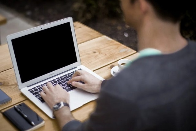 mężczyzna, który pisze na komputerze
