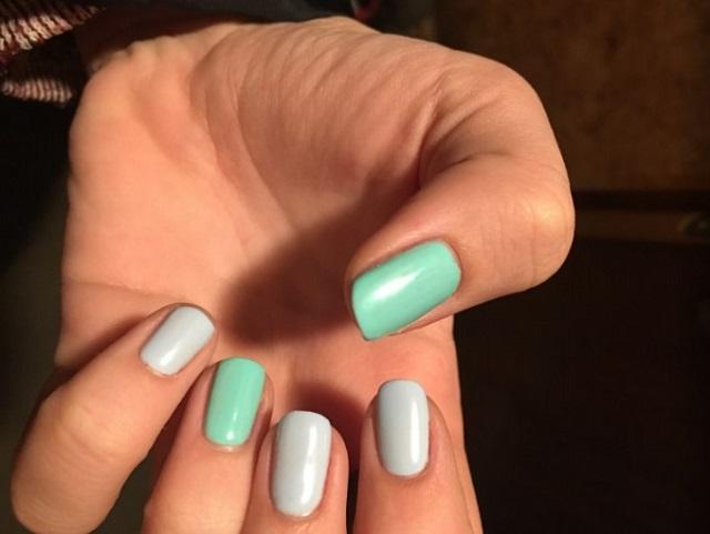 seledynowy i pastelowy manicure na jednej dłoni