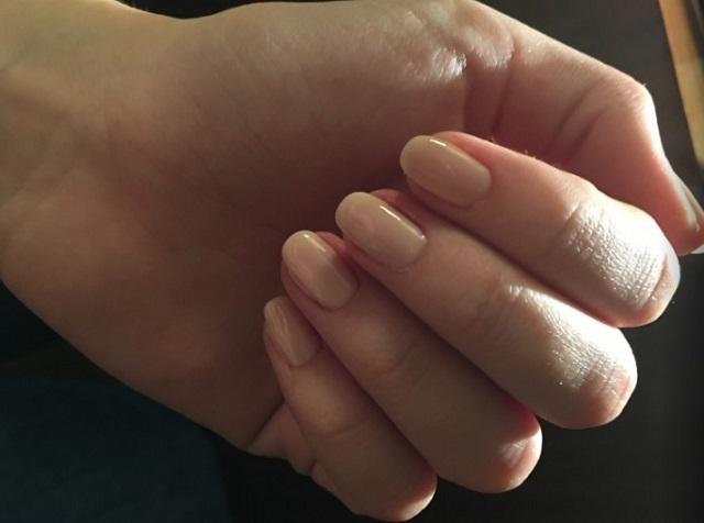 cielisty manicure na jednej dłoni