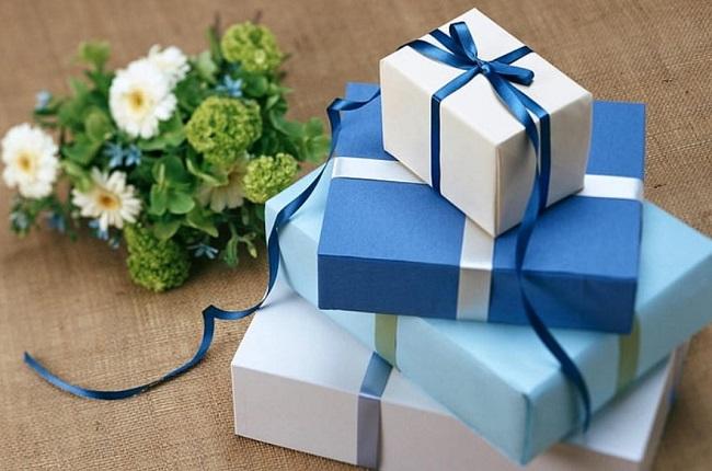 białe pudełko. na którym leży niebieskie pudełko