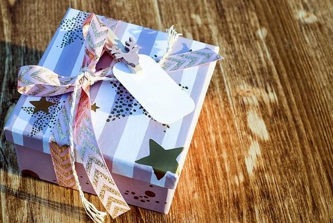 niebieskie pudełko prezentowe na stole