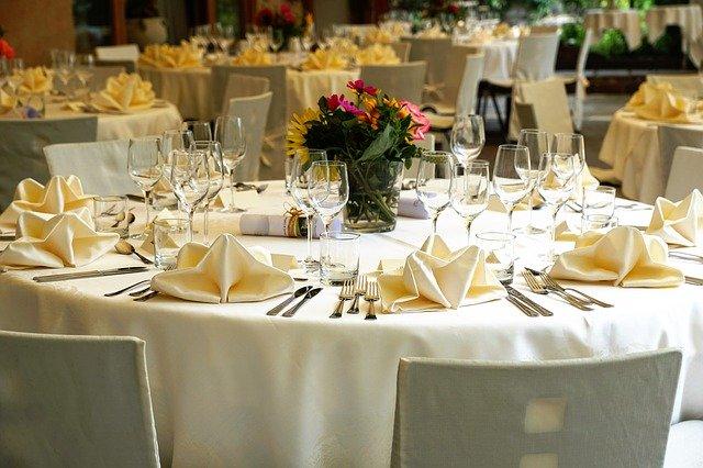zastawiony stół w eleganckiej restauracji