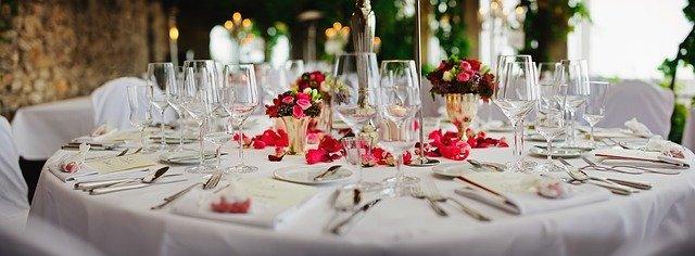 stół z zastawą w czerwieni i bieli