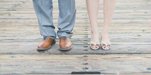 stopy w butach kobiety i mężczyzny
