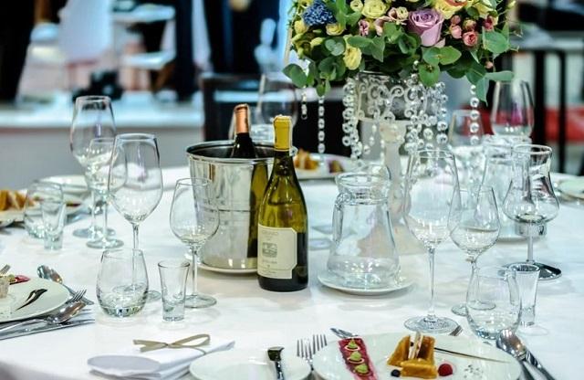 stół z zastawą i alkoholem