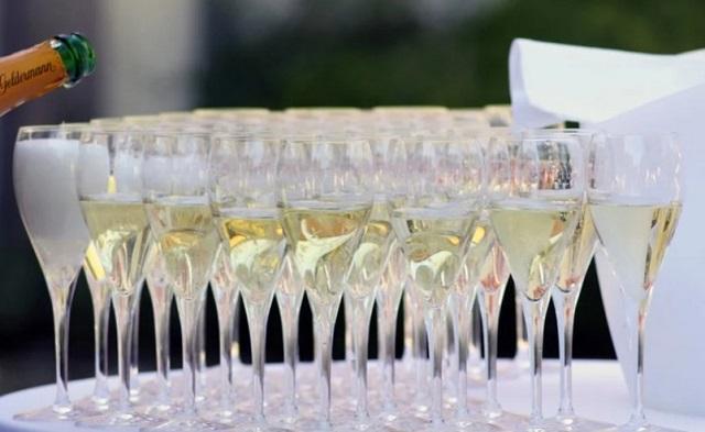 dużo kieliszków do szampana na tacy
