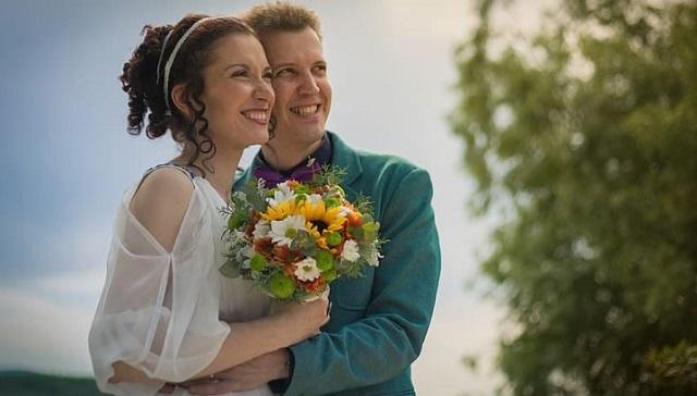 uśmiechnięta młoda para patrzy w przód