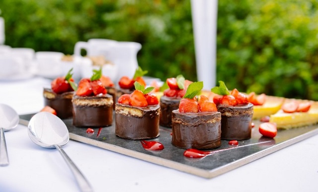czekoladowe słodkości z truskawkami na talerzu