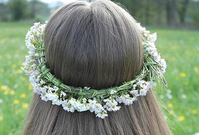 wianek z kwiatków na głowie