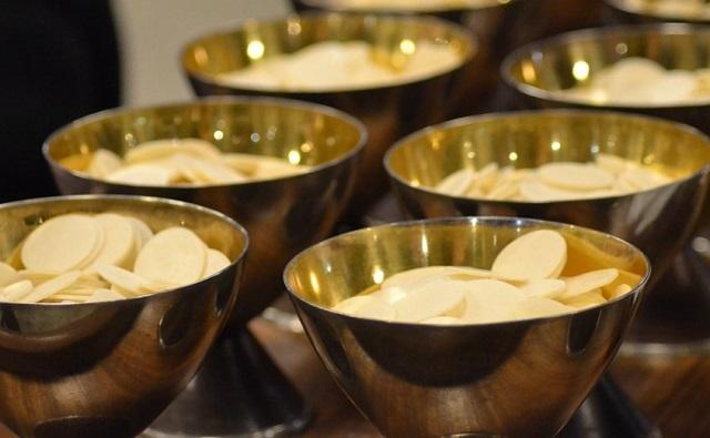 eucharystia w złotych kielichach