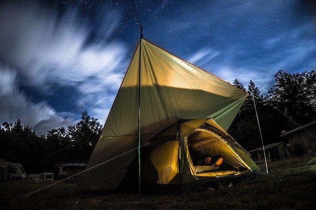 Namiot nocą rozłożony pod gołym bniebiem