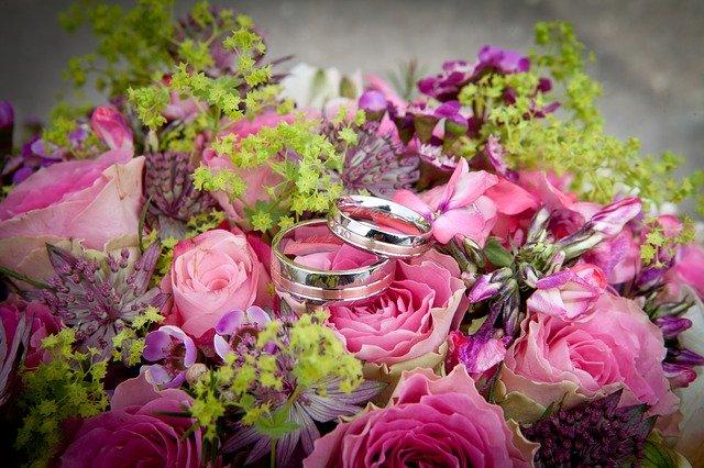 kolorowe kwiaty w zbliżeniu a na nich obrączki