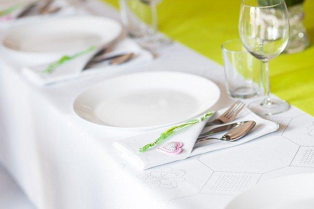 talerzyk biały na białym obrusie