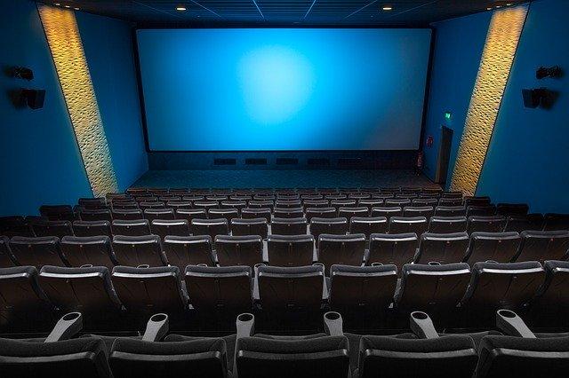 niebieski ekran w sali kinowej