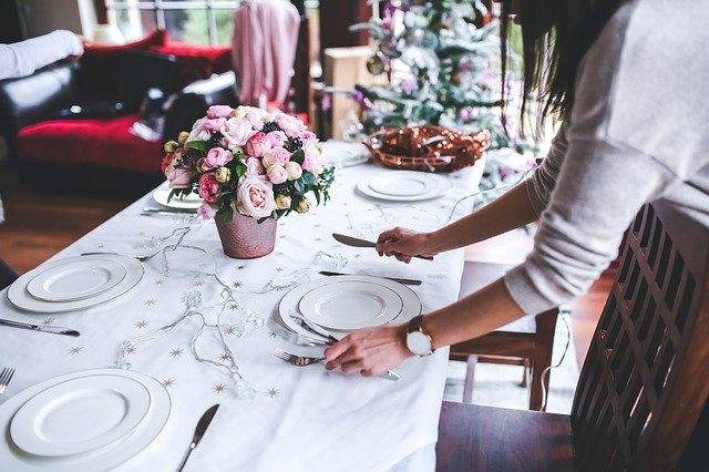 biała zastawa na białym stole