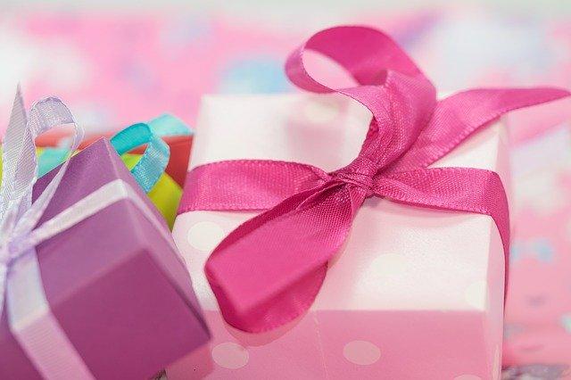 kolorowe prezenty ze wstążkami