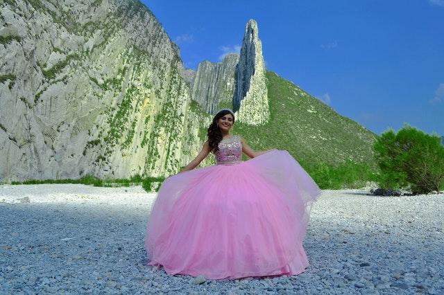 panna młoda w różowej sukni na tle gór