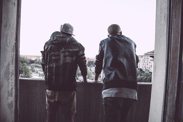 dwóch mężczyzn w bluzach stojących tyłem