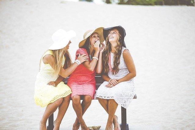 trzy kobiety w kapeluszach na ławce