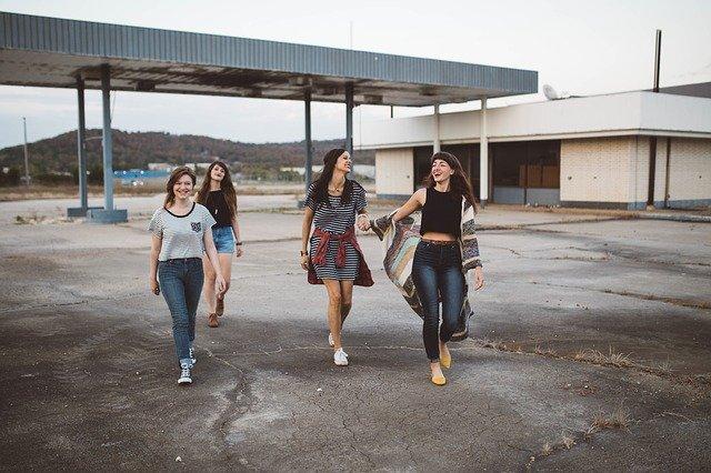 uśmiechnięte dziewczyny idą przed siebie