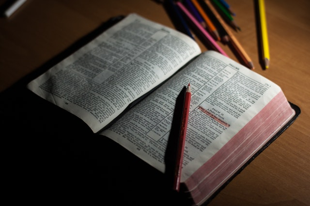 otwarta biblia z podkreślonymi wersami