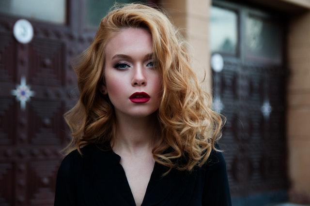 blondynka o pełnych ustach w ciemnym makijażu