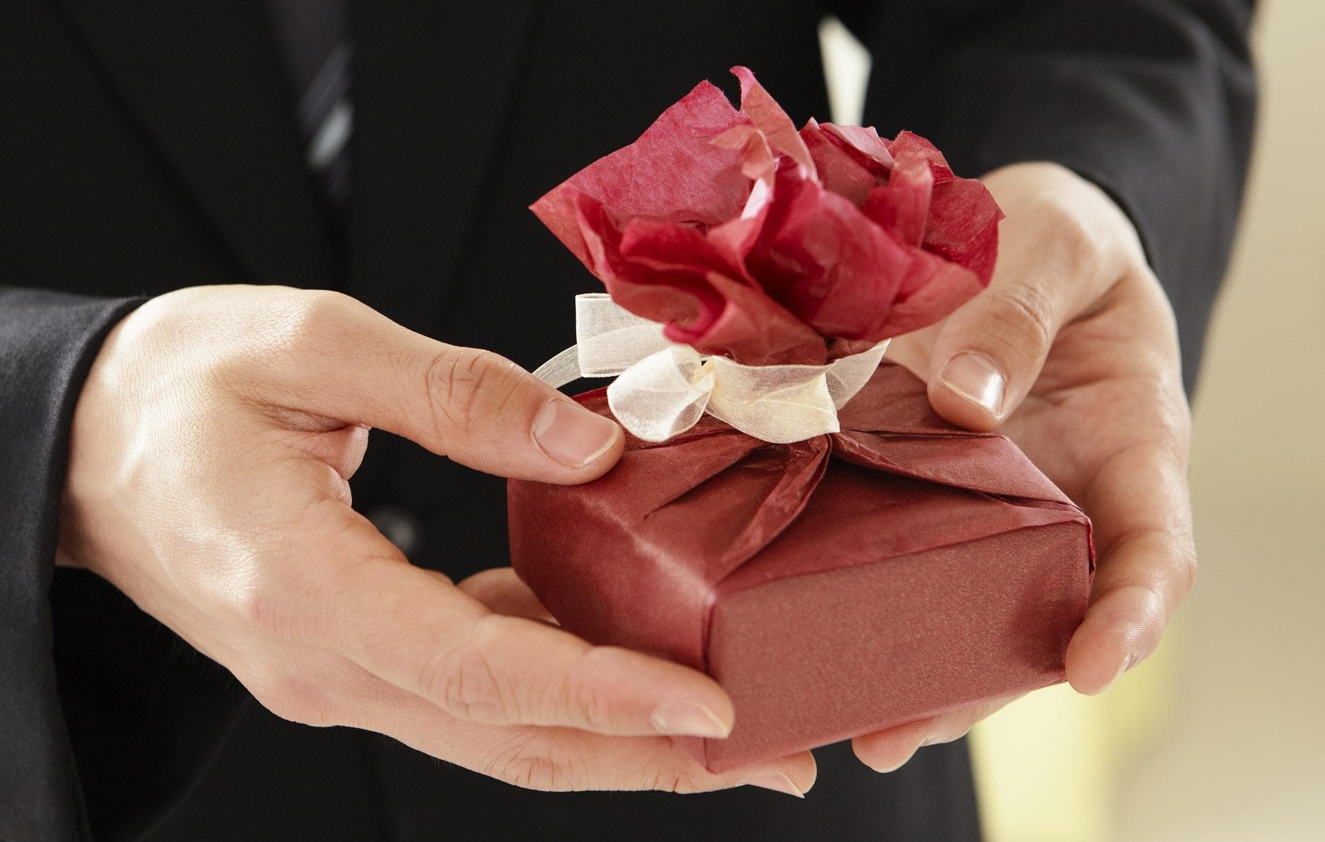 mały czerwony pakunek w męskich dłoniach