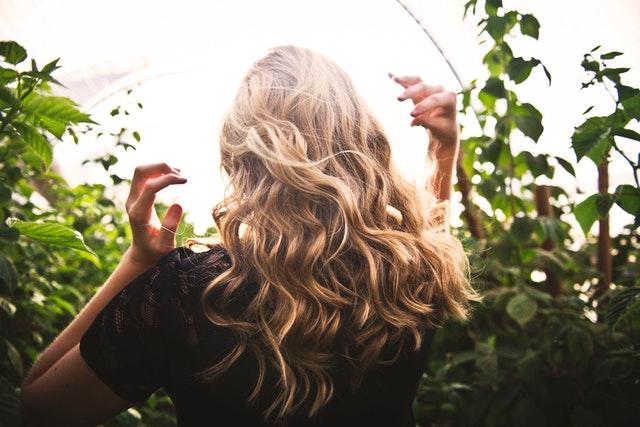 długie kręcone włosy