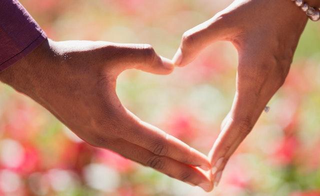 wzór serca ułożony z dłoni