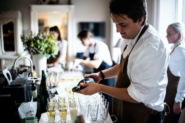 kelner nalewa alkohol do kieliszków