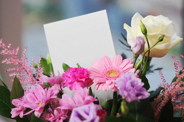 biały list w kolorowych kwiatach