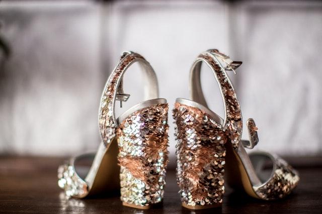 cekinowe buty na obcasie