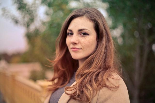 uśmiechnięta brunetka o oliwkowym odcieniu skóry