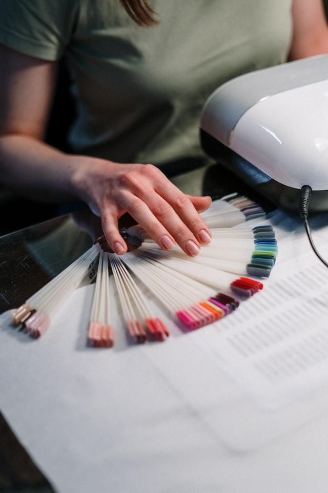 próbki z kolorowymi lakierami na stole