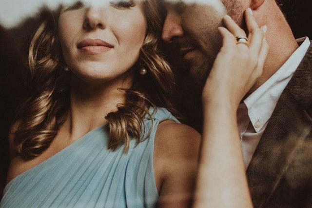 kobieta w objęciach mężczyzny z brodą