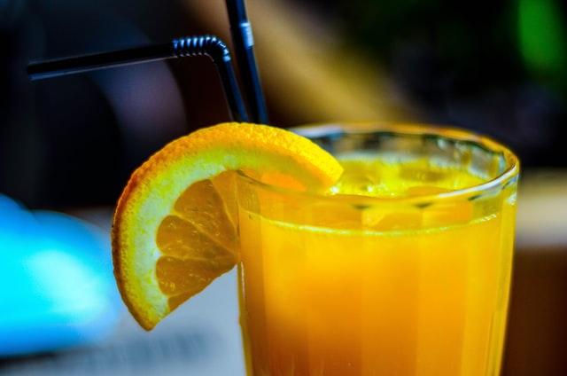 szklanka z sokiem pomarańczowym z bliska