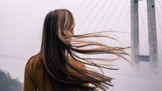 blondynka z długimi włosami stoi tyłem