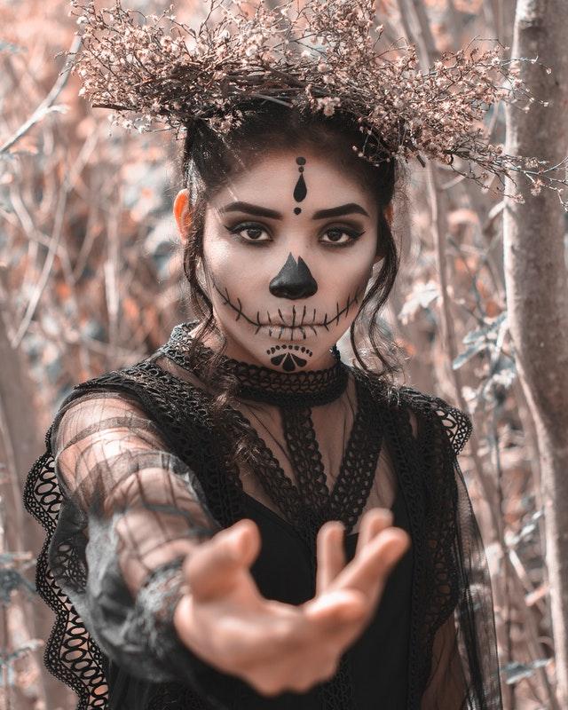 mocny makijaż w stylu Halloween przypominający kościotrupa