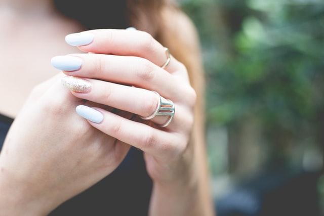 zdjęcie dwóch dłoni w pastelowych odcieniach