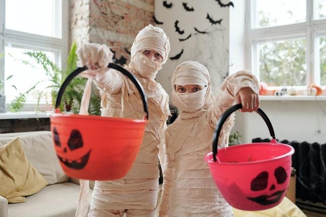 dzieci przebrane za mumie