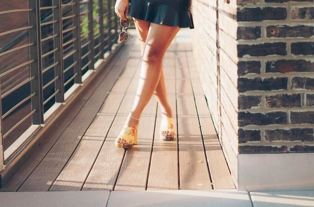 kobiece nogi w krótkiej spódniczce