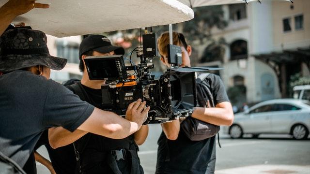 mężczyźni trzymają kamerę