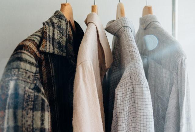 męskie koszule wiszące na drewnianych wieszakach