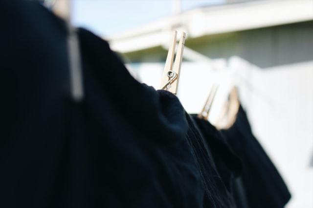 czarne ubrania wiszące na sznurku