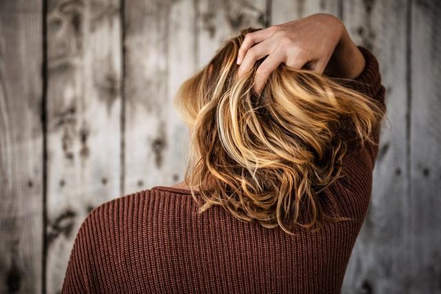 włosy do ramion koloru rudego od tyłu