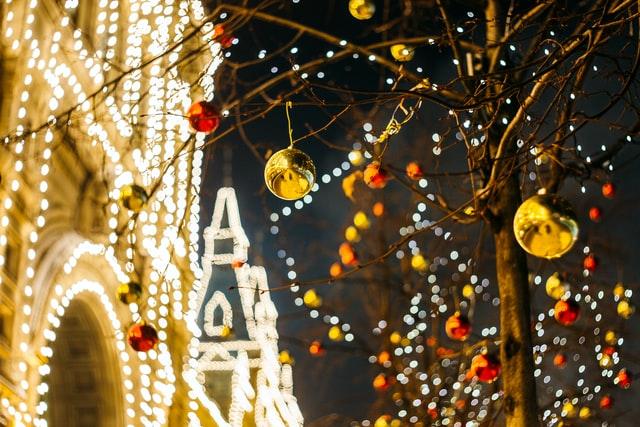 świąteczne oświetlenie nocą w mieście na ulicy