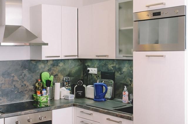 zbliżenie na blaty w kuchni i na szafki